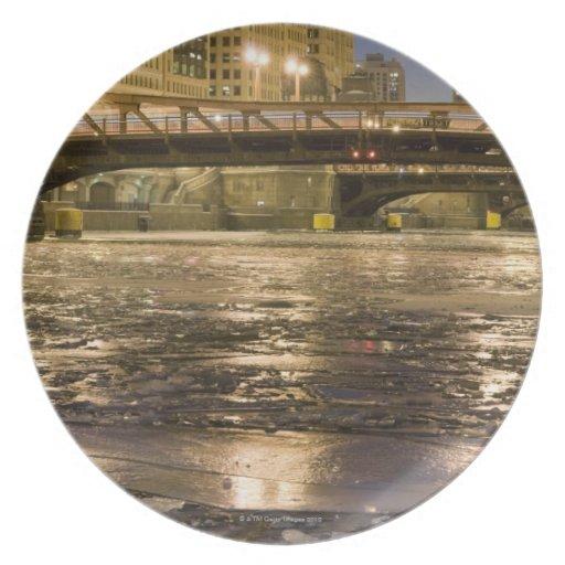 Mirada abajo del río Chicago congelado adentro Plato De Cena