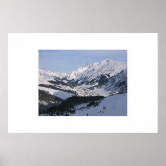 Mirada abajo sobre un pequeño pueblo alpino poster