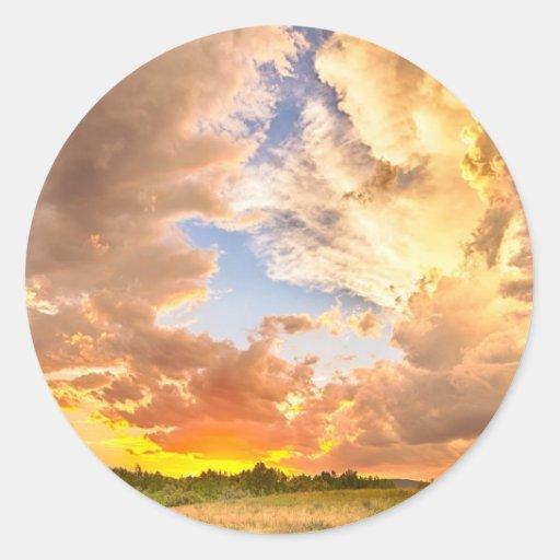 Mirada con la puesta del sol colorida al azul etiqueta redonda