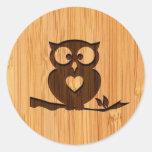 Mirada de bambú y búho lindo grabado en árbol pegatina redonda
