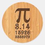 Mirada de bambú y números grabados del pi etiquetas redondas