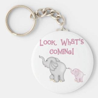 Mirada de los elefantes rosados qué está viniendo llavero redondo tipo pin