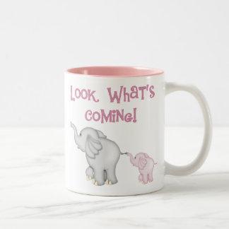 Mirada de los elefantes rosados qué está viniendo taza de café de dos colores