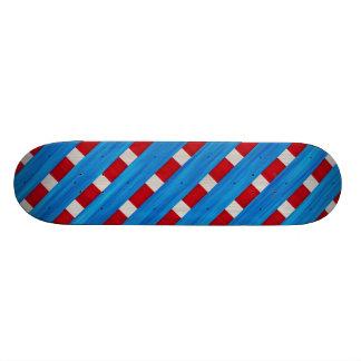 Mirada de madera azul blanca roja americana del en tabla de patinar