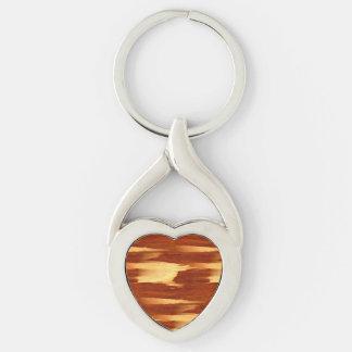 Mirada de madera de bambú del grano de la raya del llavero plateado en forma de corazón