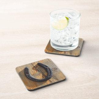 Mirada de madera de herradura occidental rústica l posavasos de bebida