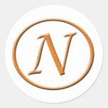 Mirada de madera de la letra N del monograma Etiqueta Redonda