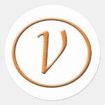 Mirada de madera de la letra V del monograma Pegatina Redonda
