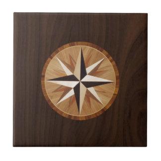 Mirada de madera oscura de la marquetería de la tejas  cerámicas