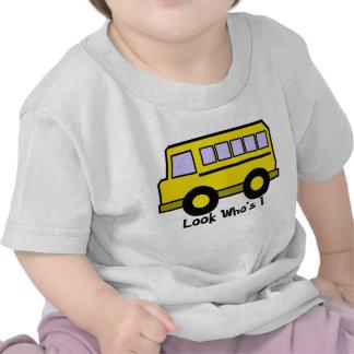 Mirada del autobús de escuela que es 1 camisetas