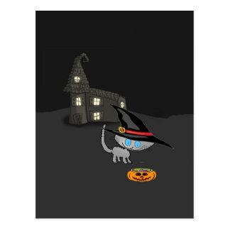 Mirada del gato en su cesta de Halloween Postal