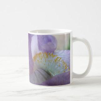 Mirada dentro de una taza púrpura del iris