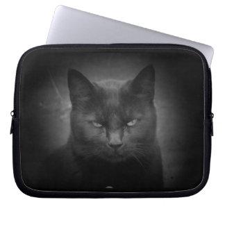 Mirada enojada del gato negro fundas computadoras