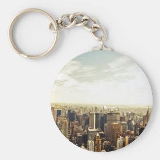Mirada hacia fuera sobre el horizonte de New York  Llavero Redondo Tipo Pin