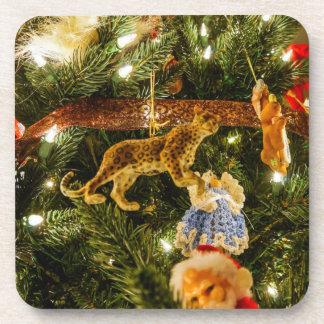 Mirada para arriba del árbol de navidad posavasos de bebidas