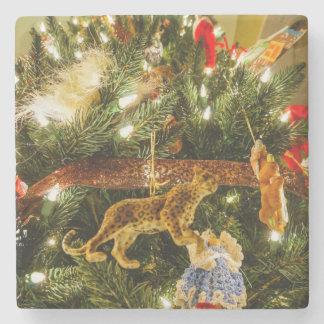 Mirada para arriba del árbol de navidad posavasos de piedra