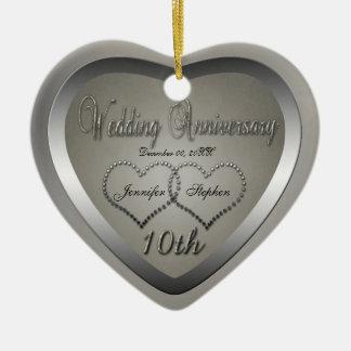 Mirada perforada de la lata ornamento del adorno navideño de cerámica en forma de corazón