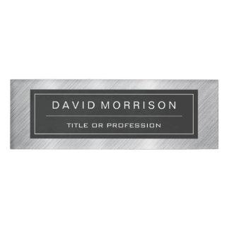 Mirada profesional cepillada elegante de la plata etiqueta con nombre
