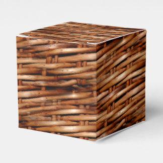 Mirada rugosa de la cesta de mimbre caja para regalos