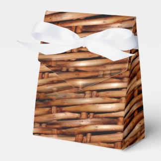 Mirada rugosa de la cesta de mimbre caja para regalos de fiestas