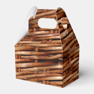 Mirada rugosa de la cesta de mimbre cajas para regalos de boda