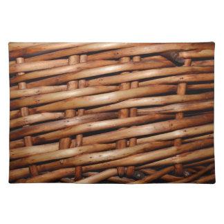 Mirada rugosa de la cesta de mimbre manteles individuales