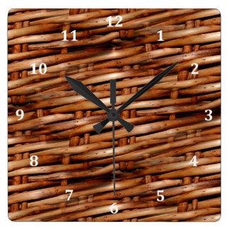 Mirada rugosa de la cesta de mimbre reloj cuadrado