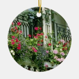 Mirador con las cestas colgantes - geranios, adorno redondo de cerámica