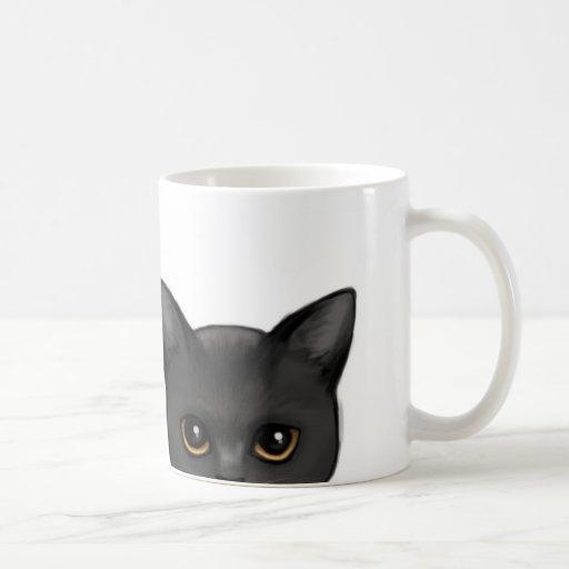 Mirar a escondidas el gato negro con los ojos de o taza