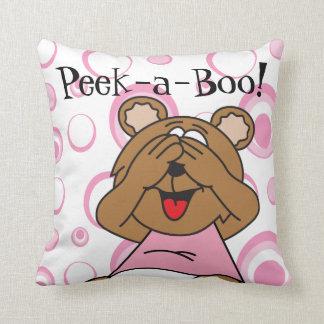 Mire a escondidas un oso del rosa del abucheo cojín decorativo