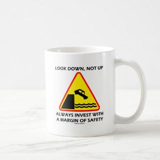 Mire abajo, no encima de siempre invierta el taza