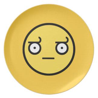 Mire de cara del smiley de la desaprobación platos para fiestas