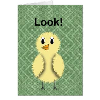 Mire la tarjeta de cumpleaños del polluelo