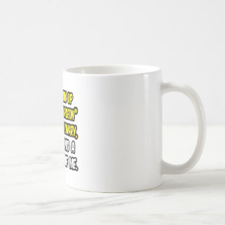 Mire para arriba al cirujano plástico en taza de café