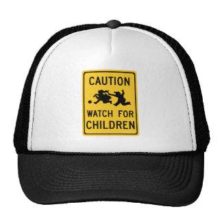 Mire para la señal de peligro del tráfico, los gorra