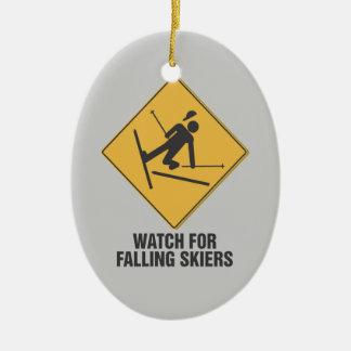 Mire para los esquiadores que caen adorno ovalado de cerámica