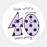 mire quién es 40 el cumpleaños - lunares púrpuras pegatina redonda