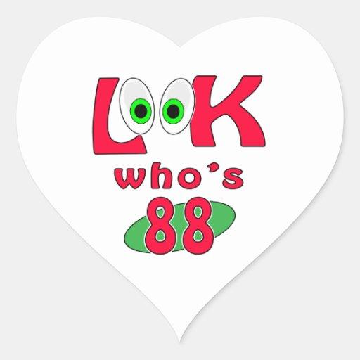 ¿Mire quién es 88? Pegatina En Forma De Corazón