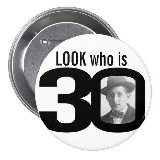 Mire quién es botón blanco y negro/insignia de 30