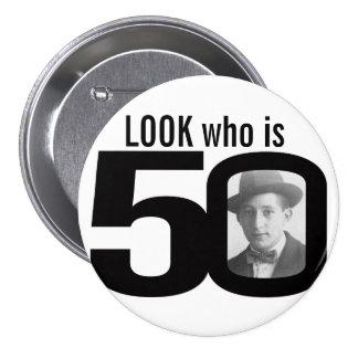 Mire quién es botón blanco y negro/insignia de 50