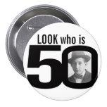 Mire quién es botón blanco y negro/insignia de 50  pins