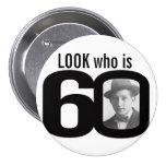 Mire quién es botón blanco y negro/insignia de 60
