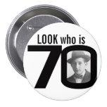 Mire quién es botón blanco y negro/insignia de 70