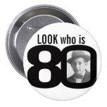 Mire quién es botón blanco y negro/insignia de 80