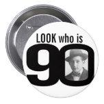 Mire quién es botón blanco y negro/insignia de 90