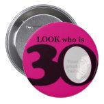 Mire quién es botón/insignia de 30 de la foto rosa pin redondo 7 cm