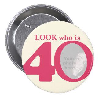 Mire quién es botón/insignia de la crema del rosa  pin redondo 7 cm