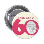 Mire quién es botón/insignia de la crema del rosa  pin redondo 5 cm