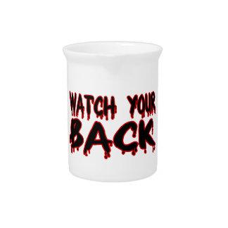 Mire su parte posterior jarras para bebida