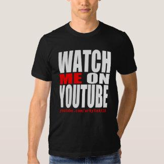 Míreme en YouTube (moderno) Remeras